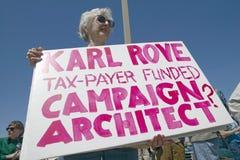 Obrazek Bush polityczny wiec w Tucson, AZ z znakami o Karl Rove w Tucson, AZ obraz stock