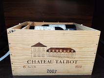 Obrazek drewniana skrzynka górska chata Talbot, czerwone wino który zna na całym świecie i docenia obrazy stock