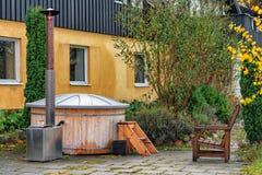 Obrazek drewniany sauna outdoors lub jacuzzi zdjęcie stock