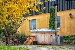 Obrazek drewniany sauna outdoors lub jacuzzi fotografia royalty free