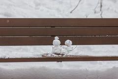 Obrazek dwa bałwan na drewnianej ławce zdjęcie royalty free
