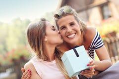 Obrazek dwa dziewczyna przyjaciela robi niespodzianka prezentowi urodzinowemu obraz royalty free