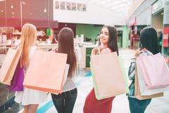 Obrazek dziewczyny stoi backwards kamera Tylko jeden dziewczyna w czerwieni sukni jest przyglądająca kamera Inne dziewczyny są zdjęcia stock