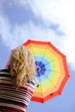 Obrazek eleganckiej kobiety mienia tęczy parasol Obrazy Stock