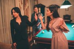 Obrazek europejski kobieta wrzask i dyskutuje z azjatą Po drugie wzorcowy przedstawienie przerwy znak Patrzeje backwards Faceta s obrazy royalty free