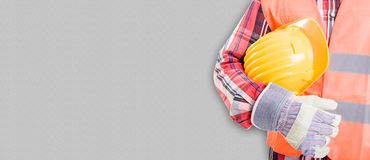 Obrazek fachowy budowniczy w workwear z żółtym hełmem Obrazy Royalty Free