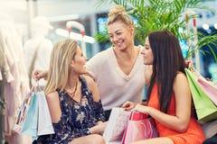 Obrazek grupa szczęśliwi przyjaciele robi zakupy dla odziewa w centrum handlowym zdjęcie stock