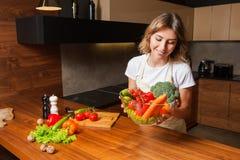 Obrazek kobieta w kuchennym mieniu półkowa sałatka Zdjęcie Royalty Free