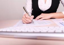 Obrazek kobiety ręki writing na papierze Zdjęcia Stock