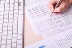 Obrazek kobiety ręki writing na papierze Fotografia Stock