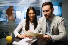 Obrazek ludzie biznesu dyskutuje w biurze zdjęcie royalty free