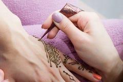 Obrazek ludzka ręka dekoruje z henna tatuażem mehendi ręka - piękna pojęcie Zdjęcia Stock