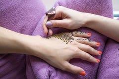 Obrazek ludzka ręka dekoruje z henna tatuażem mehendi ręka - piękna pojęcie Zdjęcia Royalty Free