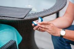 Obrazek mężczyzna kładzenia zobowiązania srebra pierścionek na kobiety ręce, plenerowy Zdjęcia Stock