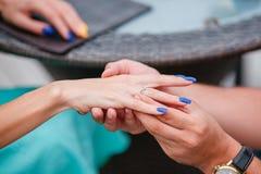 Obrazek mężczyzna kładzenia zobowiązania srebra pierścionek na kobiety ręce, plenerowy Obrazy Stock