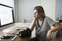 Obrazek młody żeński projektant pracuje w domu obraz royalty free