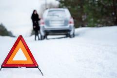 Obrazek młoda kobieta ma problem z samochodem na wint Obrazy Royalty Free
