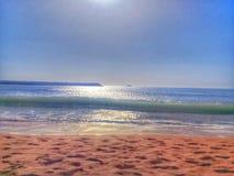 obrazek morze brać z ranku przykładem morze wypełniał z klejnotami i złotym piaskiem obrazy royalty free