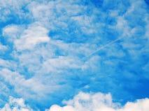 Obrazek niebieskie niebo z krwawymi chmurami Zdjęcia Royalty Free