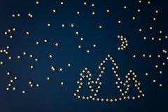 Obrazek noc krajobraz od włoskiego makaronu gwiazdy, las, księżyc i Ursa nieletni -, zdjęcia stock
