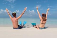 Obrazek od plecy m?oda para z flippers i maska sadzaj?ca na bia?ej pla?y w Maldives Kryszta? - jasna b??kitne wody jak zdjęcia royalty free