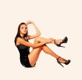 Obrazek piękna nastoletnia dziewczyna w czarnych seksownych przypadkowych ubraniach obrazy stock