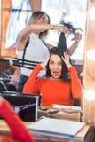 Obrazek pokazuje fryzjera mienia gręplę i nożyce zdjęcie royalty free