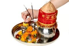 Obrazek ręka jest płonącym diya w pięknym pooja thali obrazy royalty free