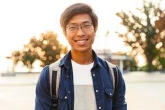 Obrazek Radosny azjatykci męski uczeń w eyeglasses zdjęcia stock