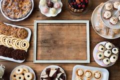 Obrazek rama i torty, ciastka, cakepops, babeczki kosmos kopii zdjęcie stock