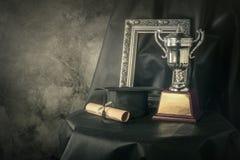 obrazek rama, trofeum filiżanka s i absolwentów wciąż życia fotografia, Fotografia Stock