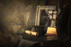 obrazek rama, trofeum filiżanka s i absolwentów wciąż życia fotografia, Obrazy Stock