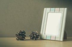 Obrazek rama z szyszkową sosną, Fotografia Stock
