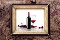 Obrazek ramy butelka i szkło wino na drewnianych tło Fotografia Royalty Free