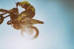 Obrazek rowerzysta robi wyczynowi kaskaderskiemu i skokom w powietrzu obrazy stock