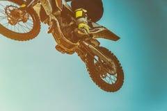 Obrazek rowerzysta robi wyczynowi kaskaderskiemu i skokom w powietrzu obrazy royalty free