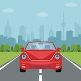 Obrazek samochód na drodze z lasową i dużą miasto sylwetką na tle Obrazy Stock