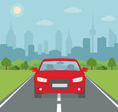 Obrazek samochód na drodze z miasto sylwetką na tle Obraz Royalty Free