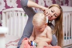 Obrazek szczęśliwa matka z uroczą chłopiec Obrazy Royalty Free