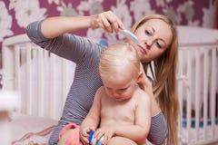 Obrazek szczęśliwa matka z uroczą chłopiec Obrazy Stock