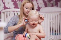 Obrazek szczęśliwa matka z uroczą chłopiec Fotografia Stock