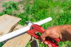 Obrazek tnąca klingeryt drymba specjalnymi czerwonymi nożycami zdjęcie royalty free