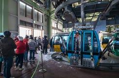 Obrazek turyści czekać na ich wagon kolei linowej obraz royalty free