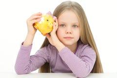 Obrazek urocza mała dziewczyna z prosiątko bankiem Zdjęcia Stock