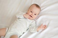 Obrazek uroczy dziecka lying on the beach na łóżku obraz royalty free