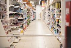 Obrazek zamazujący dla tło abstrakta Zamazane półki w supermarkecie z książkami i magazynami zdjęcie royalty free