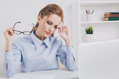 Obrazek zmęczonego bizneswomanu pracujący laptop Biurowej dziewczyny czuć śpiący zdjęcie royalty free