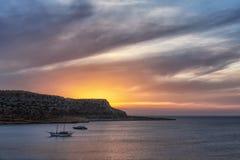 obrazek zmierzchu denny przegląd z dwa górami z dramatycznym niebem i łodziami fotografia royalty free