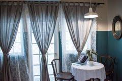 Obrazki komputery umieszczający na herbacianych stołach obok wielkich okno fotografia royalty free