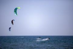 Obrazki Long Beach w Montenegro spotkaniu kitesurfers 03- Fotografia Royalty Free
